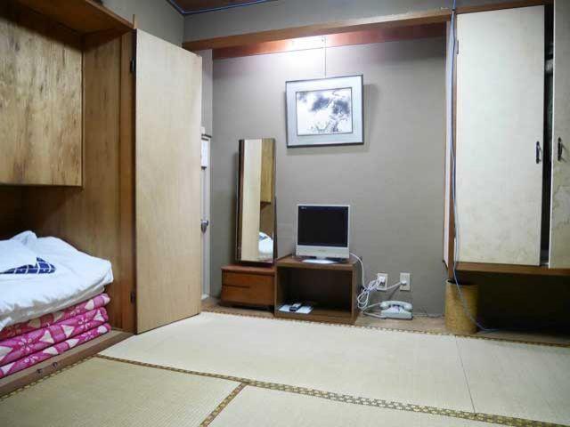 寮は館内、Wifi利用も可能、嬉しいことに毎日が大浴場に入浴です。