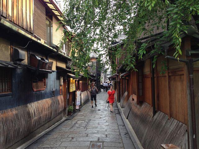 京都市街地まではバスで50分程、目の前にバス停があり便利。