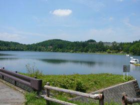 女神湖の湖畔に佇むホテルです
