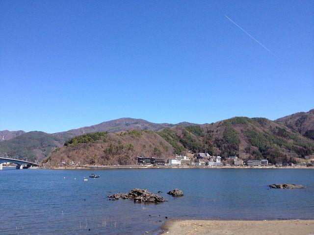 河口湖は、観光的なボートなどもたくさんです。暖かい日には多くの観光客もいて賑わってます。