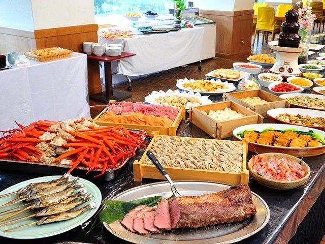 バイキングレストランでの接客のお仕事です!美味しくて華やかなお料理が並びます♪