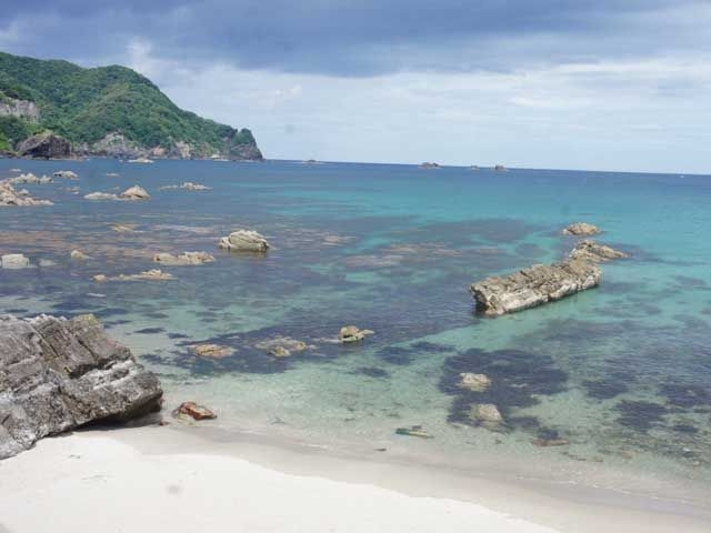 ホテルのすぐ後ろはビーチが広がっており、休みの日や空き時間はのんびりいかがですか?!