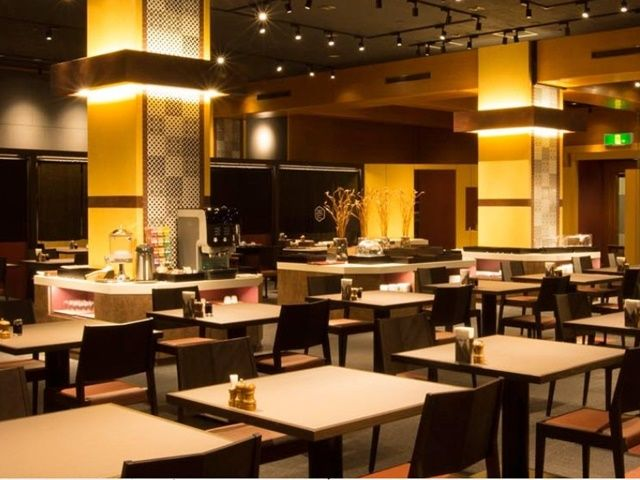 夜はシックに落ちついた雰囲気に包まれるレストラン