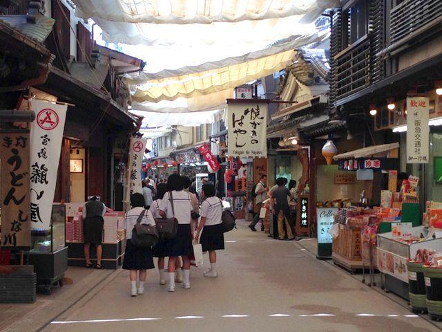 宮島は生活環境も整っており商店街には飲食店やお土産屋、カフェ、商店などあり生活は便利です。