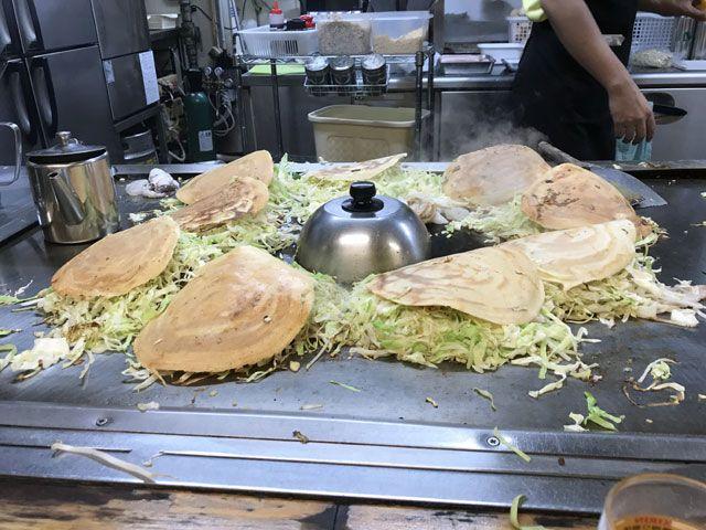 広島焼はパーツごとに鉄板全面を使って作られます。見ているだけでも楽しめます♪