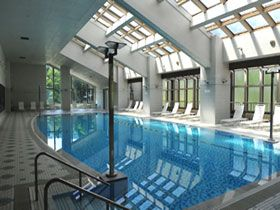 職場はキレイなホテル内のプールです☆明るい職場ですよ♪