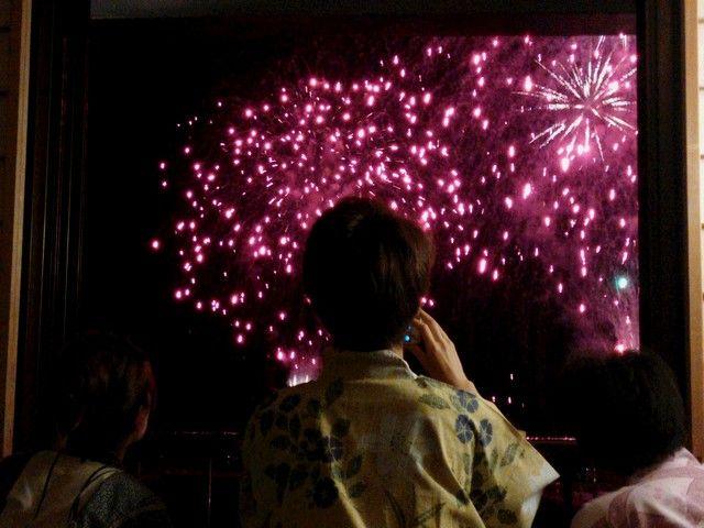 熱海では年に数回花火があがりますよ!ホテルの目の前から花火が上がるので勤務中に見れるかも?
