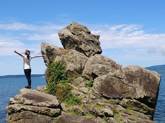 佐渡の珍スポット!人面岩。一番上の岩が人の形に見えるからそういわれております。