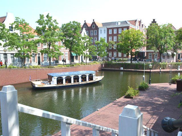 園内はこのクルーザーで周遊♪オランダの街並みを船上から眺めるのもいいのでは☆