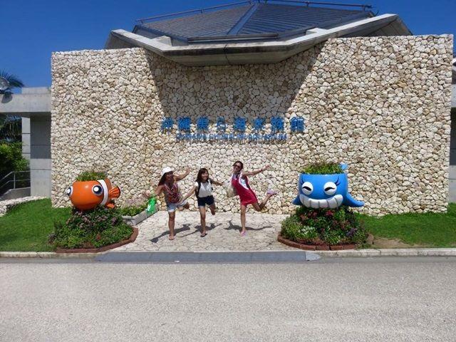 〔近くの観光地〕沖縄の代名詞「美ら海水族館」、ジンベイザメの餌付けの時間等の隠れ情報も。