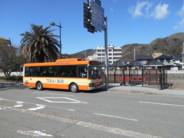 海がすぐそこ!のーんびりした温泉街です。バス停そばに無料の足湯もありますよ〜♪
