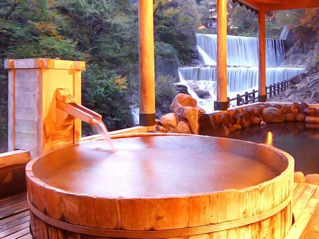 滝の流れる音と自然を満喫できる温泉です