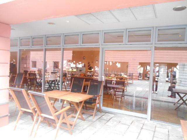 ・ビュッフェとグリルを兼ねそろえたレストランでぇす〜。家族連れなどが多くいらっしゃいます。