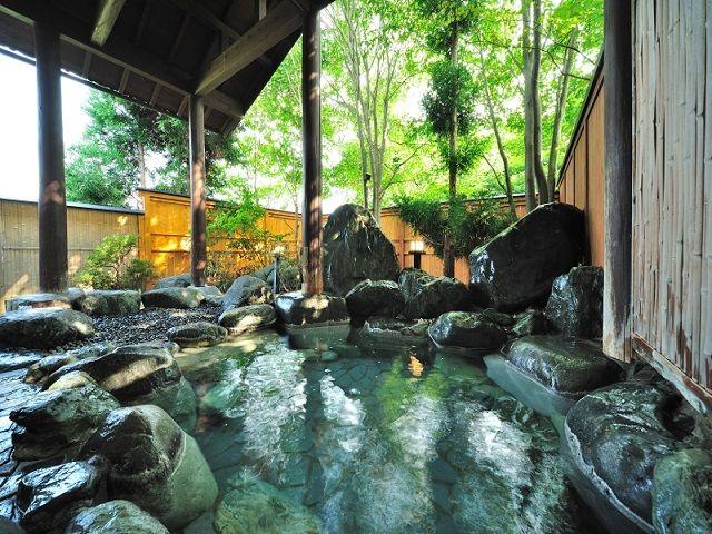 石垣の上に作られた岩露天風呂!!人工石で造ったお風呂と違い、温泉情緒が楽しめると人気です♪