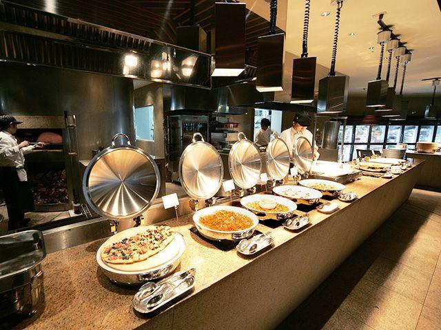 緑あふれるロケーション、清潔感あふれるビュッフェレストランが職場!