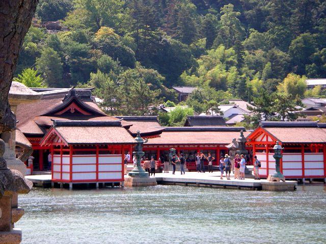 外国人の多い観光地に行きたい!ちゃんと貯金したい!という方におススメの宮島です。
