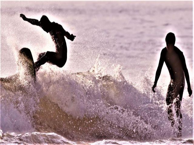 宮崎の青島はサーフィンのメッカなんですよ☆毎日多くのサーファーが波に乗りに来ています!