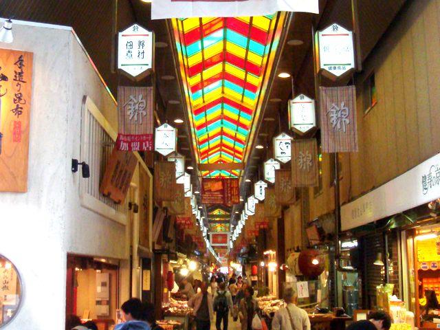 外国人のお客様に大人気の「錦」商店街です。