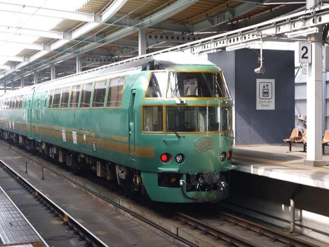 博多駅〜由布院駅(別府駅間)で運行される特急「ゆふいんの森」