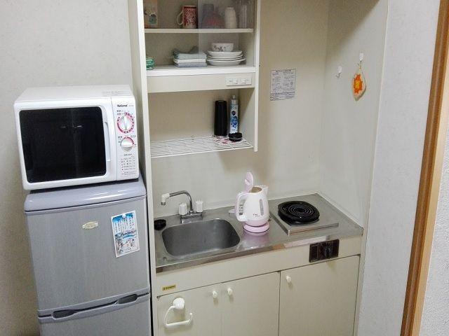 寮写真電子レンジ・冷蔵庫・洗濯機など部屋内に揃っています。自炊もしやすい環境なのも◎