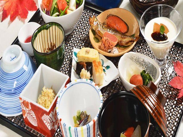 北海道ならではの素材をふんだんに使った四季折々の会席料理をご用意しております。