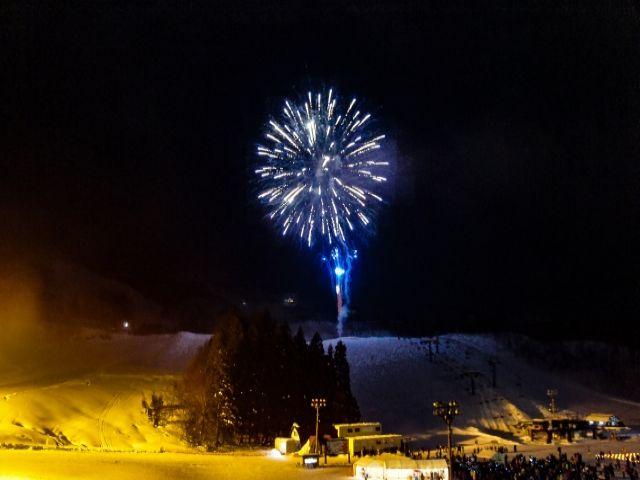 スキー場では珍しい花火も上がります!!