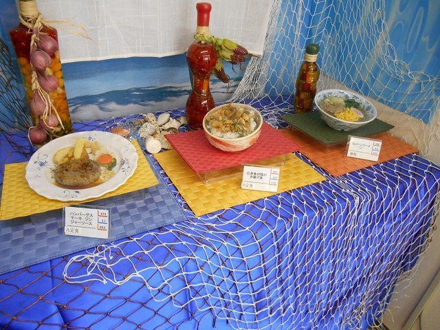 美味いと有名な食事は二食付きです。メニューは三種類から選べます。今日は何にしようかな?