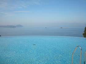 【職場環境】ホテルのプールから海を見下ろします。