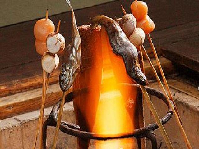 囲炉裏を囲んで食べる「平家お狩場焼」♪こちらのホテルさんの名物です!!