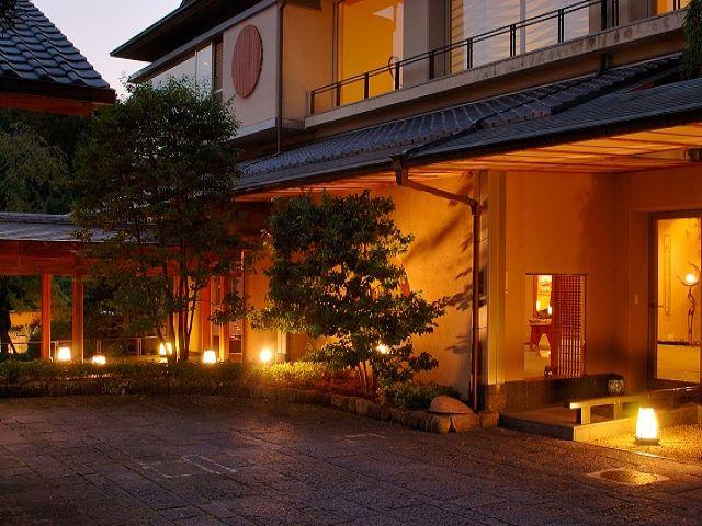 ホテル外観も風情ある和風旅館です。
