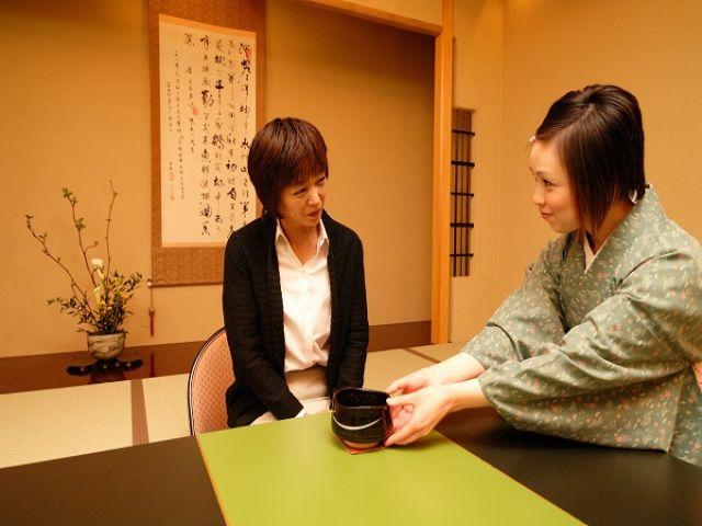 お仕事風景。到着されたお客様へお茶のご案内です。素敵な笑顔でおもてなしくださいね。