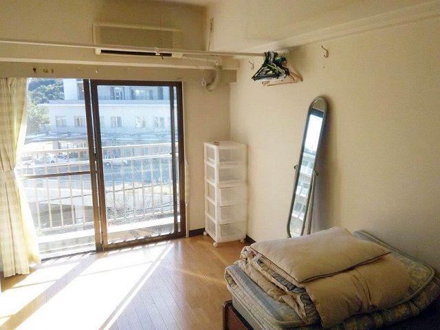 寮はフローリングタイプの1ルーム個室です。ユニットバスがお部屋の中についております。
