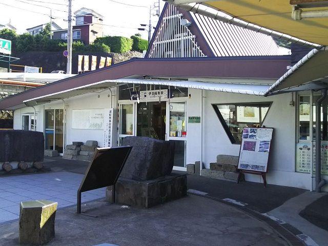 東京からも程近い伊豆エリアです。こちらが温泉街の玄関でもある「伊豆稲取駅」です。
