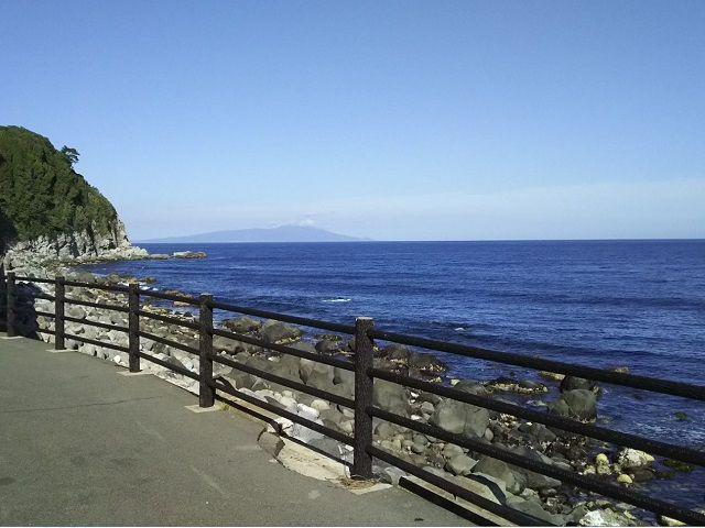 熱海や伊東にも負けない綺麗な海が町の真ん前に広がっています。