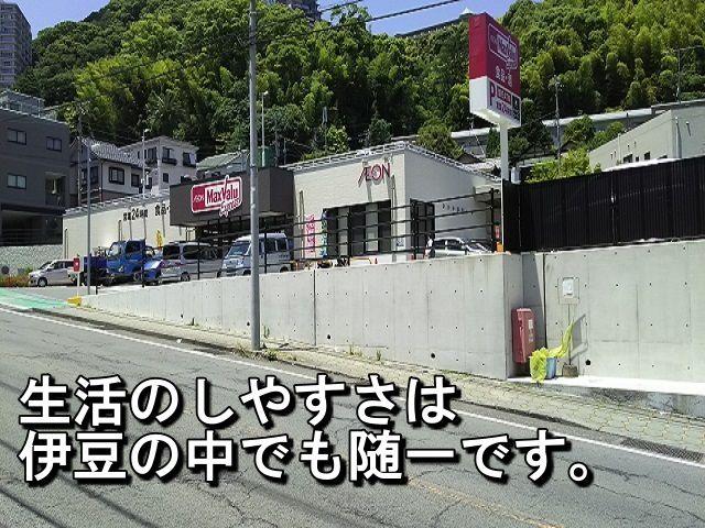 旅館のすぐ目の前には 24時間営業のスーパーマーケットがあります。