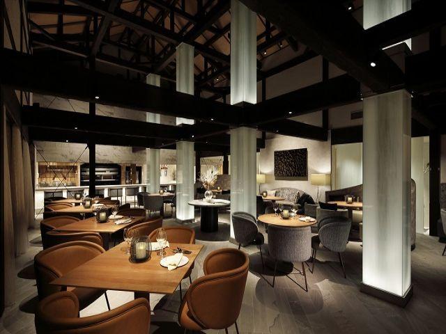 館内は天井も高くひろい空間が広がります。