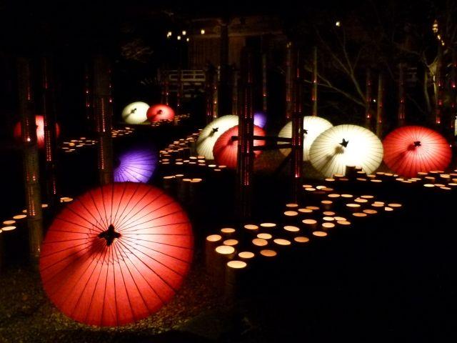 山鹿市は、九州を代表する湯の町。夏の「灯篭祭り」が特に有名です。