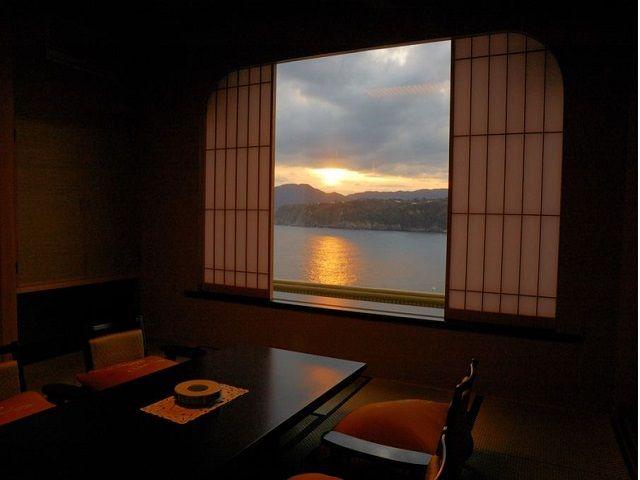 旅館の目の前の海に沈んでいく夕陽は絶景です