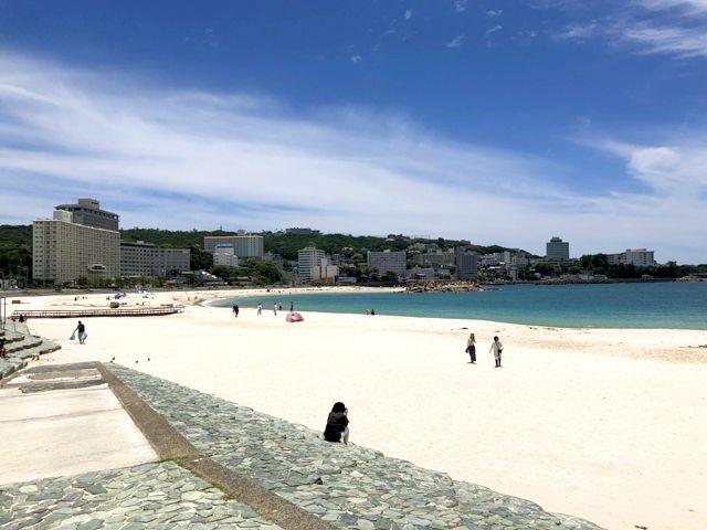 白良浜を散歩できますよ。