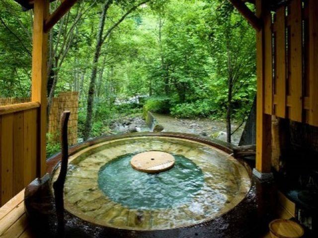 館内温泉入浴可能☆一日の疲れをゆっくり癒してください♪自然に囲まれた温泉は最高です!!