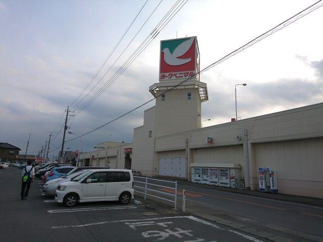 町中にあるスーパーです。バスもありますが、車があるとなお便利です…!