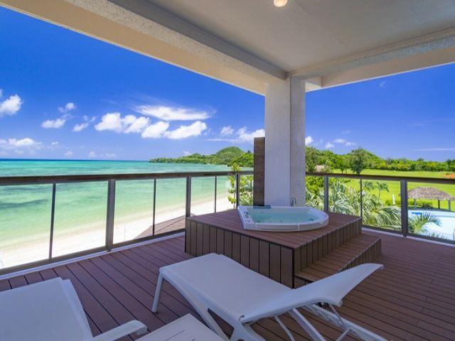 石垣島のエメラルドグリーンに輝く底地ビーチに向かって建つリゾートホテルです