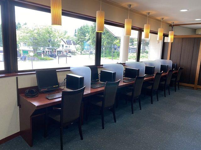 施設内のフリースペースには、無料で利用できるPCが置いてあります。もちろん利用可能です。